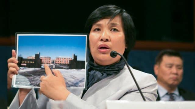 """<b>WSPOMNIENIE HORRORU</b>  •  Yin Liping zeznaje 14 kwietnia 2016 r. przed Komisją Wykonawczą Kongresu USA ds. Chin na temat """"Wszechobecnego stosowania tortur w Chinach"""". Pani Yin jest praktykującą Falun Gong, która przeżyła tortury, przymusową pracę i przemoc seksualną w Masanjia i innych obozach pracy przymusowej w Chinach."""
